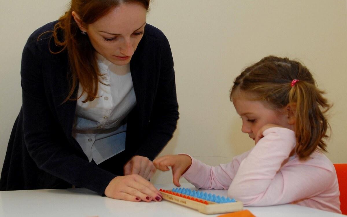 Mentalna aritmetika Šta je suština metode -Profesor-mentalne-aritmetike-sa-ucenicom-na-casu-u-Smartacus-obrazovnom-centru